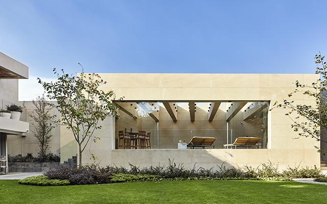 Arquitectura potente y con carácter. Antonio Farré y Elena Talevera crean casas que son un refugio citadino y su propuesta posee todas las características para convertirse en clásicos de la arquitectura contemporánea mexicana.